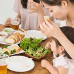 野菜を食べる子供