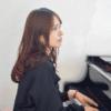 ピアノを弾くママ