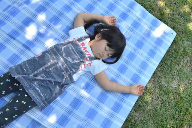 キャンプ場で昼寝する子供