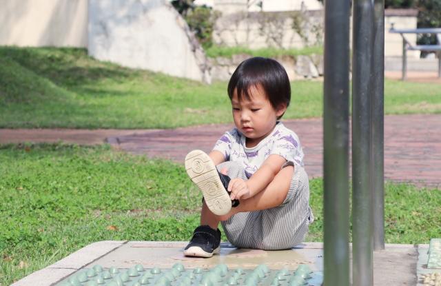 靴を履く子供