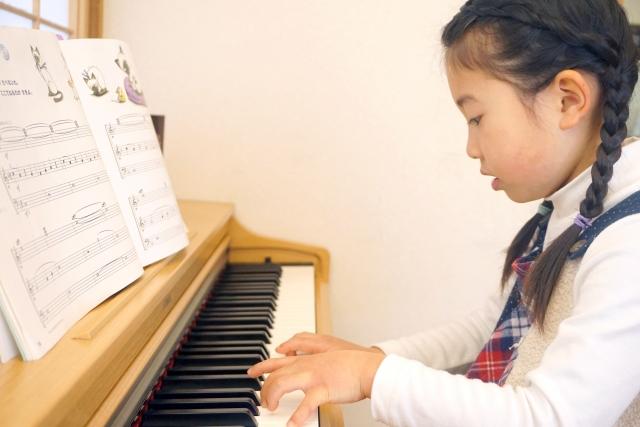 ピアノを習う子供