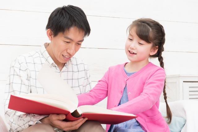 読書をする親子