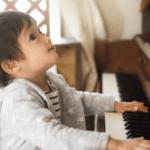 ピアノに触れる子供