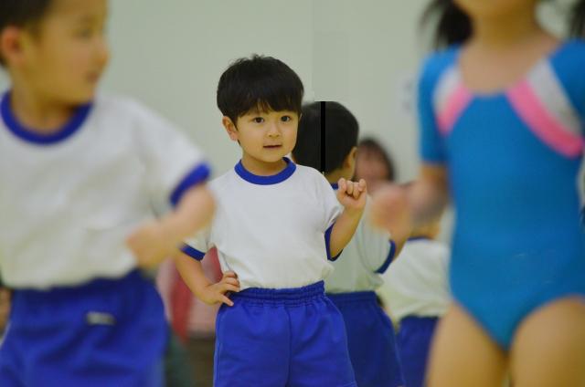 体操をする子供