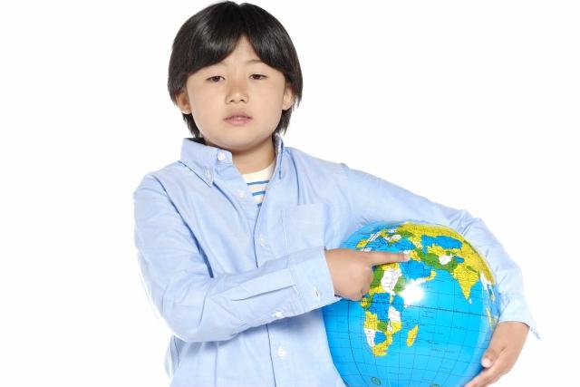 地球ボールを持つ男の子